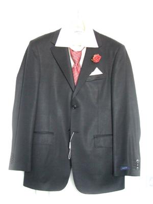 I&T Šaty, zn. svatební - ženichův oblek bez ženicha (prý nová tradice, že nevěsta nesmí vidět ženicha v obleku předem :-)) )