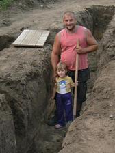 Manžel s dcérkou, náš najlepší stavebný dozor.