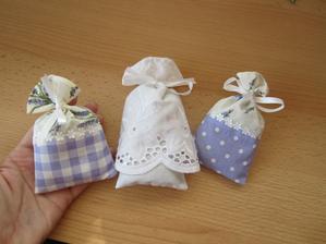 Vrecká objenané cez internet. Teta nám vyrobila aj vrecúško pre nás, bolo to prekvapenie,veľmi milé gesto zahreje pri srdci :)