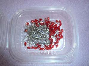Špendlíky s diamanty. Jsou moc dlouhé a docela široké, původně na vývazky, ale to bych svatebčanům zničila šaty :-(
