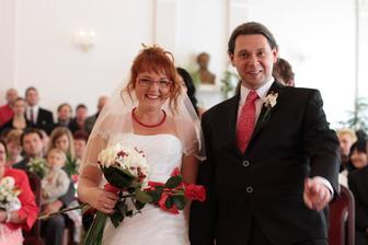 Naše první novomanželská fotka (foceno těsně po podpisech, před gratulacemi).