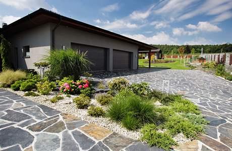 Naše plány se zahradou - Neco hodne podobneho by se mi libilo pred dum - stejne jako na obrazku, jen ne tak velky plac kamenu a trochu vic travy:-)