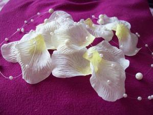 plátky růží a perličky na stůl