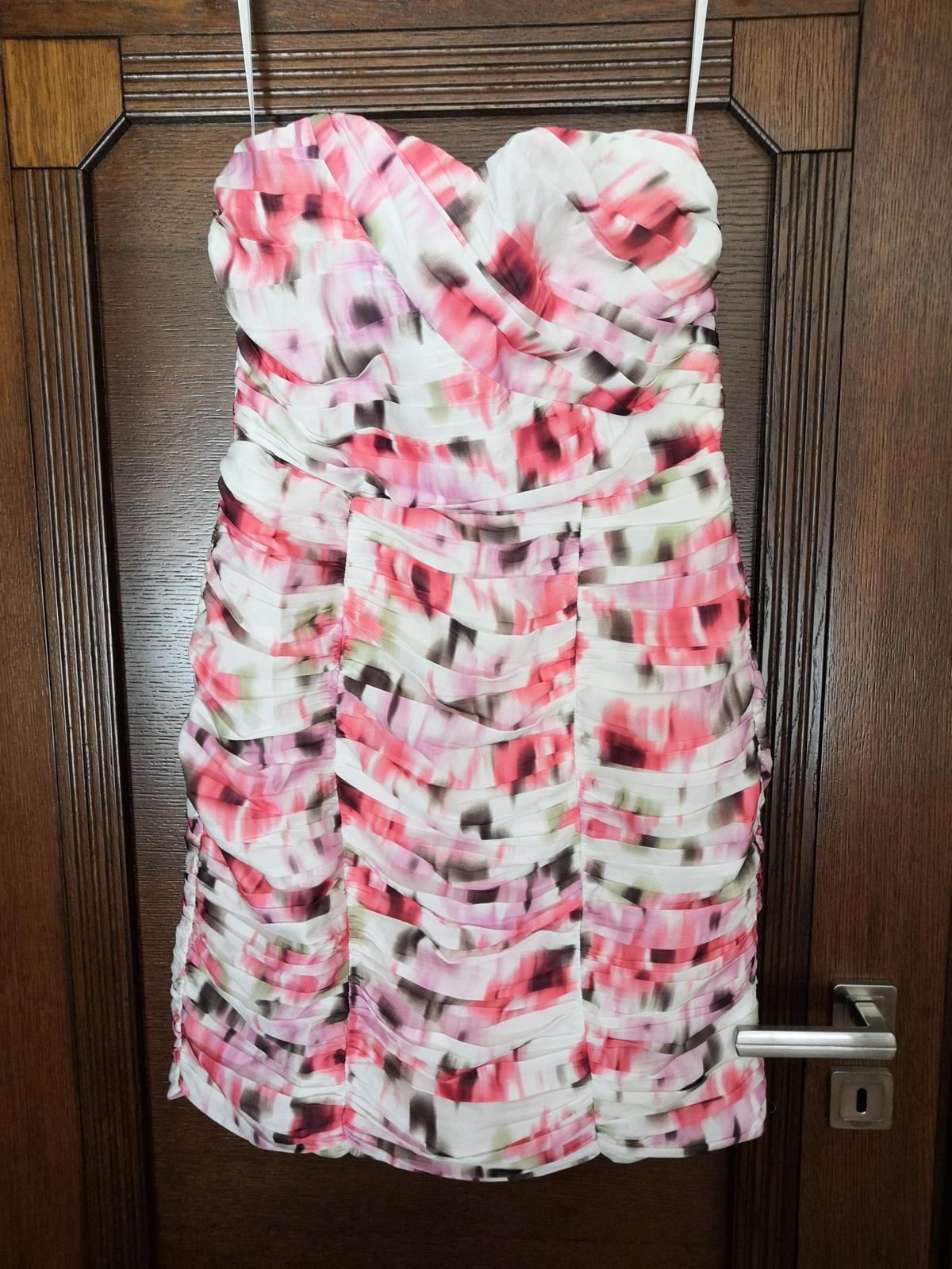 Kvetované krátke zaujímavé šaty - Obrázok č. 1
