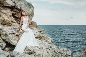 Skvostné svadobné šaty s rafinovaným živôtikom , 36