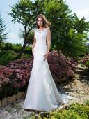 Priliehavé svadobné šaty s čipkovanou vlečkou , 36