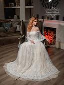 Zaujímavé svadobné šaty s výraznou čipkou, 36