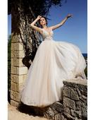 Podmanivé svadobné šaty s hlbokým výstrihom, 38