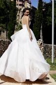 Oslňujúce svadobné šaty s pútavou sukňou, 38