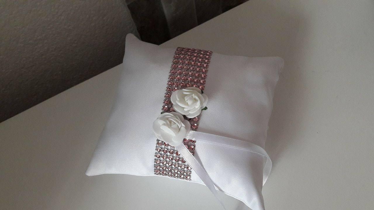 Vankúšik s ružovým štrasom a s ružičkami - Obrázok č. 1