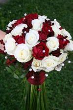 Tahle je překrásná.. Možná bílé růže spojit s tmavě červenými eustomy... Nebo opačně :-)