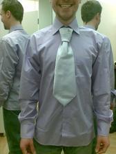 ženich v košili a kravatě