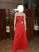 Červené saténové šaty,