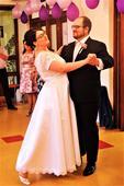 Bílé svatební šaty s krajkou a výšivkami, 50
