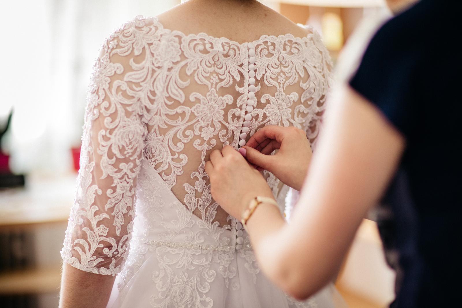 Krajkové svadobné šaty - Obrázok č. 4