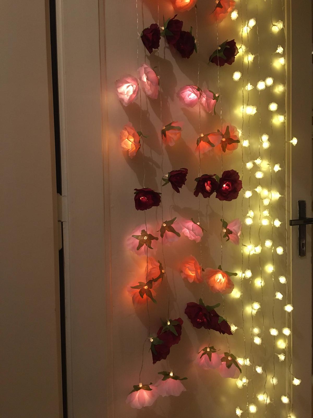 Světelný řetěz - vínovo-růžové růže - Obrázek č. 1