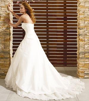 Naša vysnívaná svadba - Šaty zozadu, vyšívaná vlečka