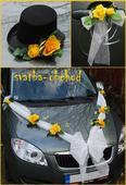 Žluté růže na svatebním setu na dvě auta,