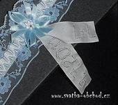 Modro-bílý podvazek s vyšitými monogramy, M
