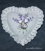 Bílý polštářek s fialovou výšivkou (č.17),