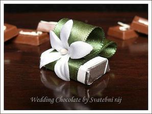 budou tyto svatební čokoládky,jen s červenou stuhou...