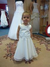 moje dcerka a její vybrané šatičky na svatbu :-),na sukni budou ještě našité šampaň růžičky.V jednoduchosti vidím krásu.