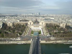 ve 3. patře, 275 m nad zemí, kdy nám celá Paříž ležela u nohou:-)