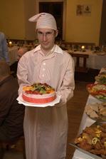 ženich si svůj svatební dar - noční košili - už po zbytek večera nesundal :)..