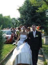 v jednej ruke manžel, v druhej kytica, ako si ponesiem sukničku??? :o)