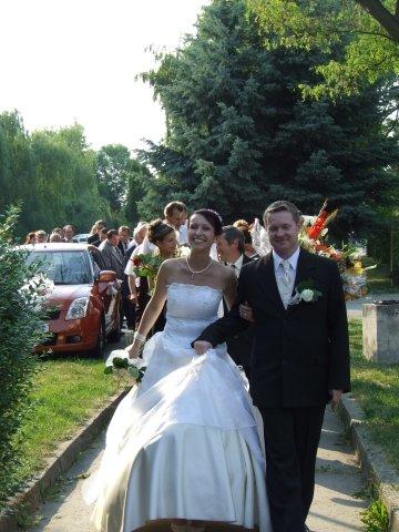 Petra Bilková{{_AND_}}Patrik Rečka - v jednej ruke manžel, v druhej kytica, ako si ponesiem sukničku??? :o)
