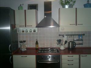 naše 20 let stará kuchyně, ale dali jsme jí nový háv v podobě nových spotřebičů a pracovní desky.