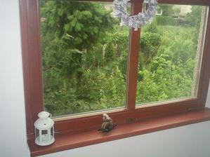 okno nad schodištěm místo původních ohavných luxfer