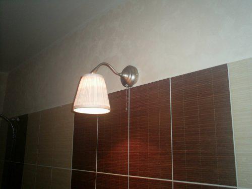 Rekonstrukce vily vilekuly:-) - lampička nad umyvadlem a kousek mojí práce - výmalba houbičkovou metodou...díky Zoo