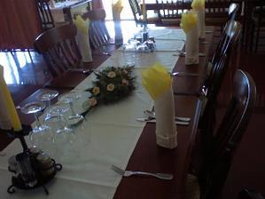 stoly budu bielo-žlte