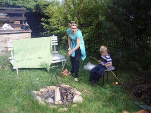 21.5.2010 zahrada je po děti opravdu ideální, buřt se párkrát vyválel v trávě, ale prý byl dobrý :-)