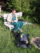 20.5.2010 můj dárek k svátku-sekačka na trávu