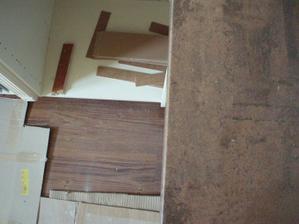 22.- 23.5.2010 myslím, že podlaha a pracovní deska k sobě pěkně  ladí, ještě aby pracovní deska ladila i se skříňkami