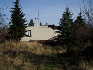 Pohled na dům ze zahrady. Pozemek má celkem 1090m2.