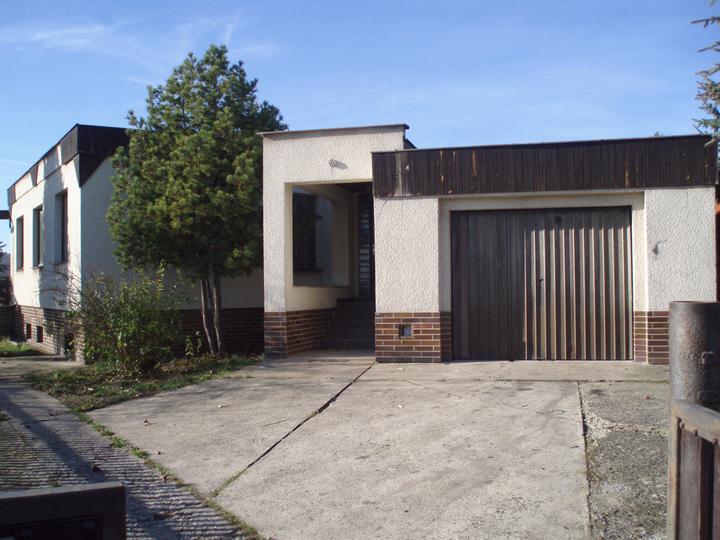 Hlavní vchod do domu a garáž.Dům byl kolaudován v roce 1982 a v tomto roce jsem se narodila i já, myslím si, že byl prostě stavěný pro nás.