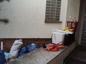 Nikdo neplatil za odvoz odpadu, takže se odpad nevyvážel. Škoda, že nejde vyfotit smrad. I červy už z těch pytlů padali mrtví.
