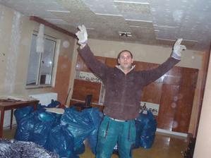 Kdysi moderní stropní obložky padali jak zralé hrušky. Pomalu stačilo dupnout.