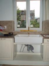 7/2010 dřez už je na pevno, táta s Jirkou museli po koumákovi, co nám montuje kuchyň opravit skříňku.