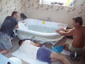 7/2010 montáž vany, opět oříšek, zástěna není až u země :-(