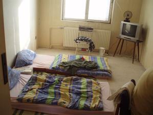 6.2.2010 přijel táta s kamarádem Jirkou, tak jsme jim vybudovali provizorní pokojíček.