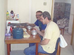 6.2.2010 bábinka vaří a chystá ešůsky, já dělám zásobovače.