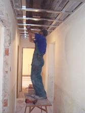 6.2.2010 Jirka přidělává konstrukci na sádrokarton, zakryjeme praskliny a zateplíme strop.