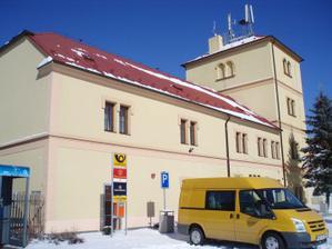 8.3.2010 asi 100m od domečku je  pošta a obecní úřad