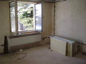 8.3.2010 nový radiátor v obýváku a staré připravené, použijí se ve sklepě.