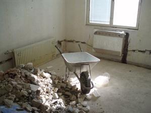 8.3.2010 pokojíček s radiátorem a skládkou sutě :-(