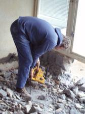 13.3.2010 táta ubourává balkónové okno, budou tam francouzské dveře na terasu.